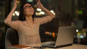 Vrouw woedend over niet succesvol project, aanvallen op zware baan, analyse stock video