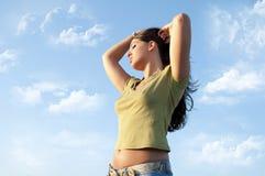 Vrouw in wolkenhemel Stock Afbeeldingen