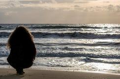 Vrouw wordt ontspannen die bij Het Eiland van Tristan royalty-vrije stock fotografie