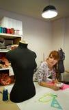 Vrouw in Workshop royalty-vrije stock afbeelding