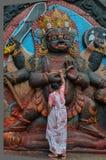 Vrouw Worshiping een God, Napal, Katmandu, Vierkant Durabar Royalty-vrije Stock Fotografie