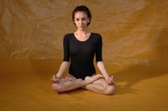 Vrouw in yogapositie Stock Foto