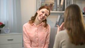 Vrouw zeggen u is grappig, vriend die u ondertekenen ook, dialoog in gebarentaal stock videobeelden