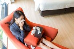Vrouw ziek voelen thuis royalty-vrije stock fotografie