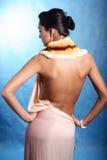 Vrouw in zijdekleding Stock Afbeeldingen