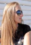 Vrouw in zonglazen Stock Afbeeldingen