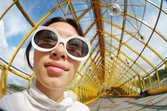Vrouw in zonnebril stock afbeeldingen