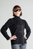 Vrouw in zonnebril die zich met met de handen in de zij wapens bevinden royalty-vrije stock afbeelding