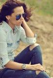 Vrouw in zonnebril - openlucht close-up Stock Afbeeldingen