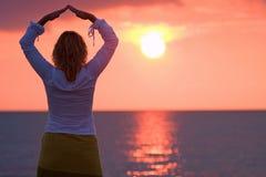 Vrouw in zonsondergang Royalty-vrije Stock Afbeeldingen