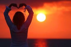 Vrouw in zonsondergang Stock Fotografie