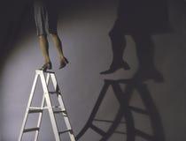 Vrouw zwak op ladder royalty-vrije stock afbeeldingen