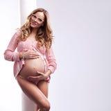 Vrouw in zwanger Stock Foto's