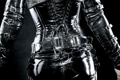 Vrouw in zwart eenvormig latex stock afbeelding