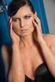 Vrouw in zwart lingerie druipend water Stock Afbeeldingen