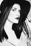 Vrouw in zwart-wit stock fotografie
