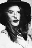 Vrouw in zwart-wit stock foto