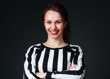 Vrouw in zwart-wit overhemd met heldere lippenstift en beautif Royalty-vrije Stock Fotografie