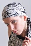 Vrouw in zwart-witte headscarf Stock Afbeelding
