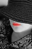Vrouw in zwart-witte hoed Stock Foto's