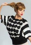 Vrouw in zwart-witte sweater Stock Afbeelding