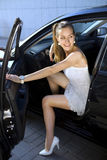 Vrouw in zwarte auto royalty-vrije stock foto