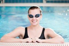 Vrouw in zwarte beschermende brillen in zwembad Royalty-vrije Stock Foto's