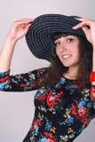 Vrouw in zwarte hoed Stock Afbeelding