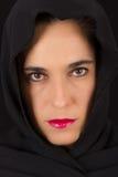 Vrouw in zwarte kaap met droevig gezicht Stock Fotografie