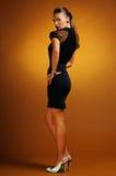 Vrouw in zwarte kleding Royalty-vrije Stock Foto's
