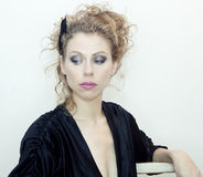 Vrouw in zwarte kleding Royalty-vrije Stock Afbeeldingen