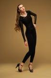 Vrouw in zwarte kleding. Stock Afbeeldingen