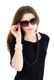 Vrouw in zwarte kleding en zonnebril Stock Afbeeldingen
