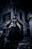 Vrouw in zwarte kleding van nachtmerries Stock Foto's