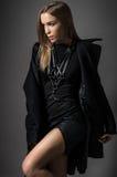 Vrouw in zwarte kleren en zwaardriem stock foto