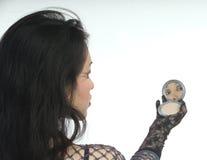 Vrouw in zwarte met een spiegel stock foto