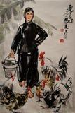 Vrouw in zwarte met kippen Stock Foto's