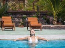 Vrouw in zwembad Royalty-vrije Stock Afbeeldingen