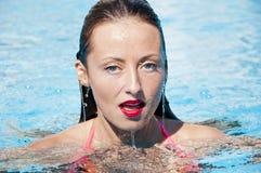 Vrouw in zwembad Caraïbische overzees Kuuroord in pool meisje met rode lippen & nat haar Het strand van Miami is zonnig swag De z stock afbeelding