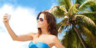 Vrouw in zwempak die selfie met smatphone nemen Royalty-vrije Stock Foto's