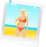 Vrouw in zwempak met strandbal Stock Fotografie