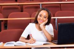 Vrouwelijk Afrikaans universitair studentenklaslokaal stock foto's