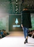 Vrouwelijk Azië model bij een modeshow Royalty-vrije Stock Foto's