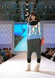 Vrouwelijk Azië model bij een modeshow Stock Fotografie