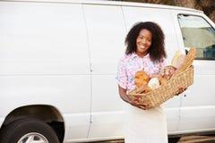 Vrouwelijk Baker Delivering Bread Standing in Front Of Van stock foto's