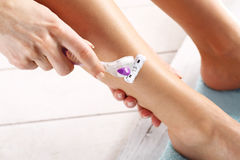 Vrouwelijk benendoelstellingen handscheermes Royalty-vrije Stock Foto's