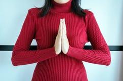 Vrouwelijk betaal eerbied of breng uw handen in een gebedpositie samen royalty-vrije stock foto's