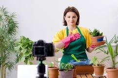 Vrouwelijk blogger verklarend houseplants het groeien royalty-vrije stock foto