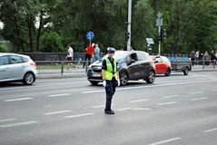 Vrouwelijk de autoverkeer van politiemancontroles Royalty-vrije Stock Afbeelding