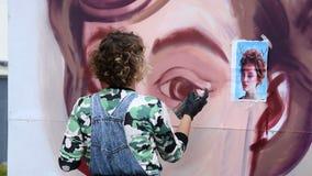 Vrouwelijk de graffitiportret van de kunstenaarstekening stock videobeelden